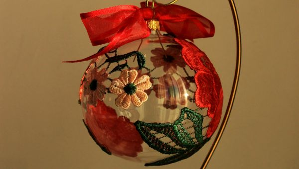 glob decorat cu dantela