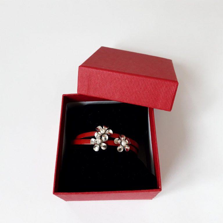 Brățară roșie din piele cu flori inox