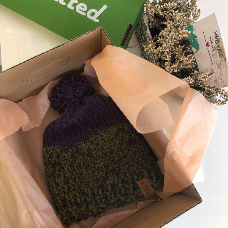 Căciulă verde mov cu ciucur handmade cadou