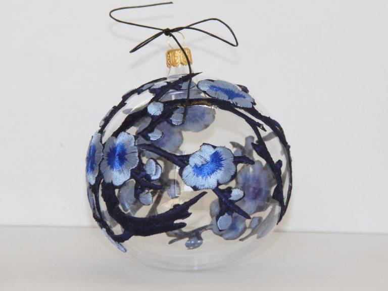 Glob Crăciun dantelă flori albastre, sticlă, 10 cm