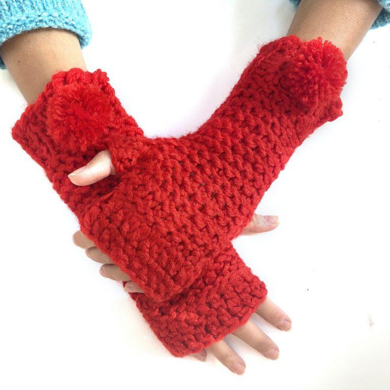 Mănuși roșii lungi cu deget purtate pe mâini